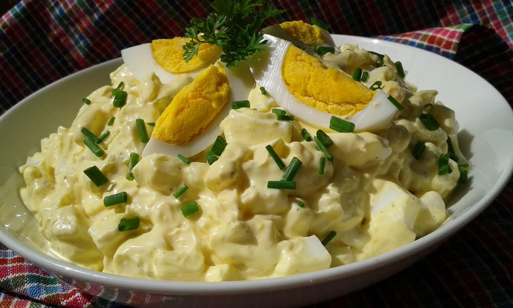 Vajíčkový salát s Hermelínem a jablkem