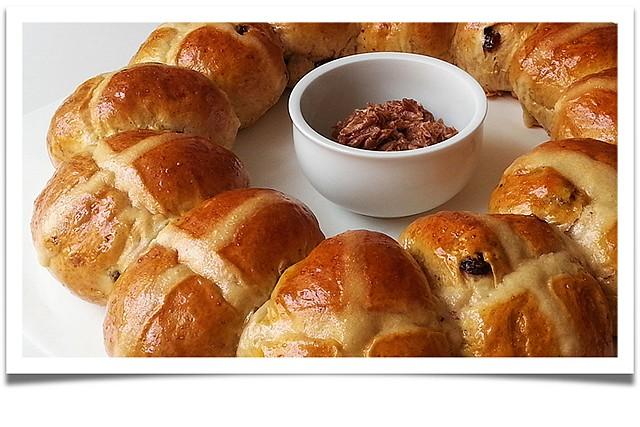 Velikonoční věnec (Hot cross buns)