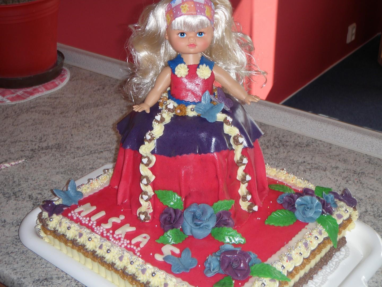 Velký dort s panenkou