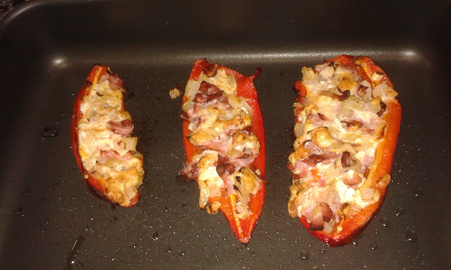 Zapečené papriky se sýrem a šunkou