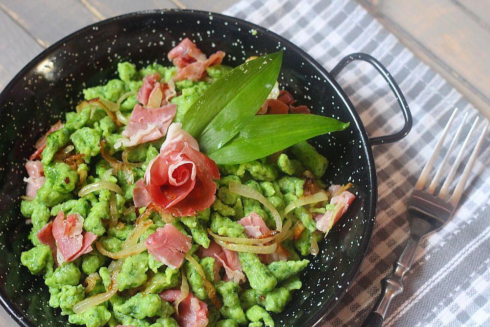 Zelené špecle se sušenou šunkou a restovanou cibulkou
