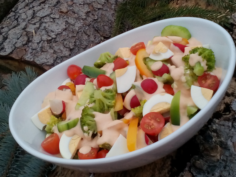 Zeleninový salát s brokolicí a vejci